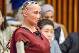 世界首位获公民身份机器人索菲亚,称要结婚生子毁灭人类