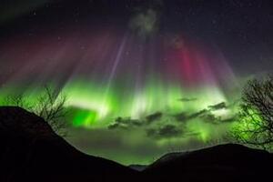 美丽北极光之谜,揭秘北极光形成的原因/电流造成五彩光芒