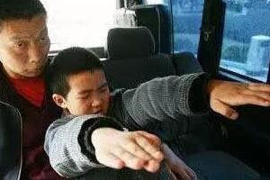 科学揭秘重庆开县的僵尸男孩,手足僵硬吸食人血(患癔症)