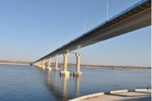 俄罗斯伏尔加河大桥晃动原因,桥面诡异晃动成蛇形(视频)