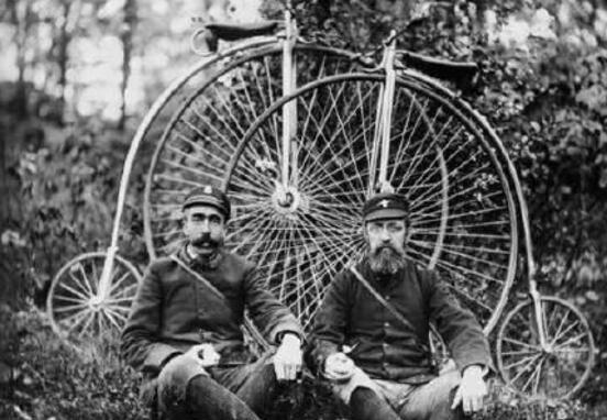 世界上最早的自行车,只有轮子和木架(用脚蹬地才能动)