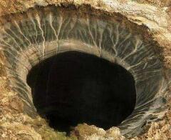 俄罗斯天坑又称末日天坑,直径竟达80米(可容纳直升机)